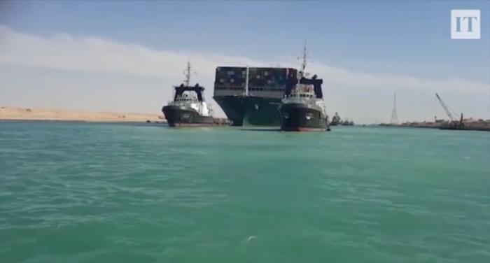Fotos do navio Ever Green preso no Canal de Suez
