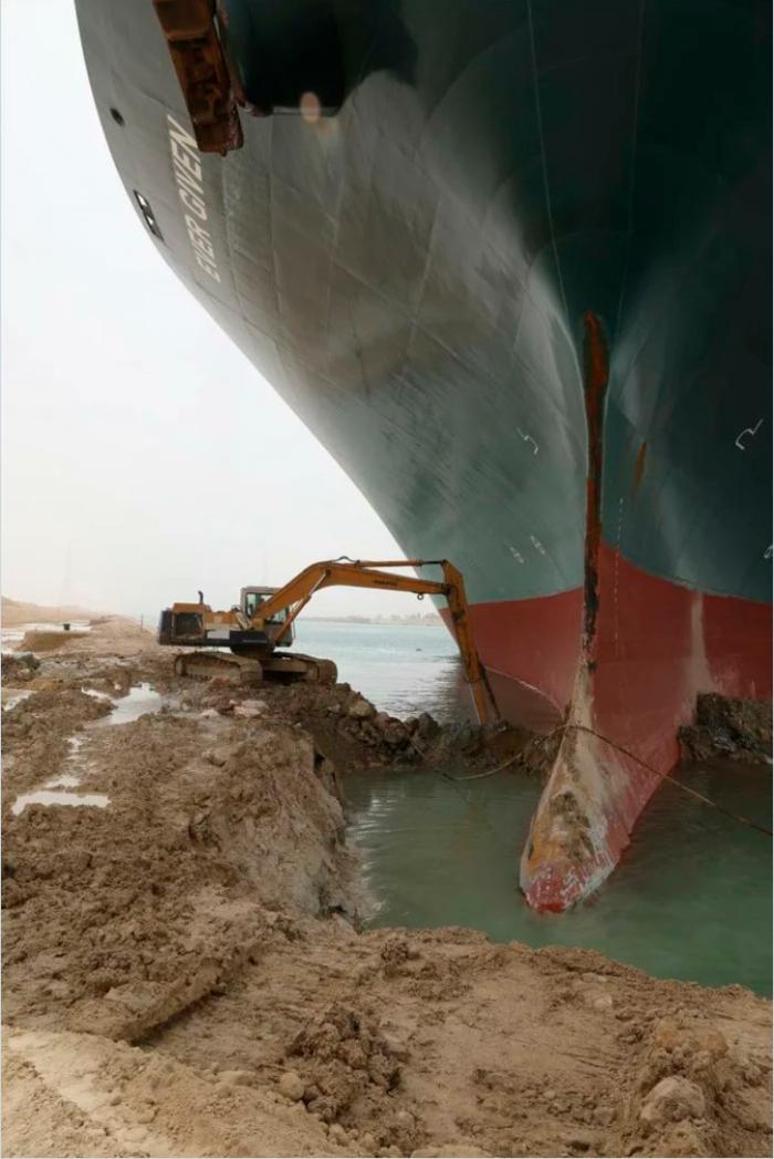 Foto della nave Ever Given bloccata nel Canale di Suez