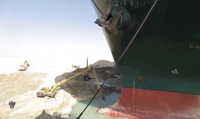 صور للسفينة Ever Given عالقة في قناة السويس